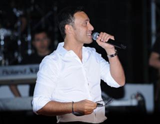 Turkish Rocks Pop Mustafa Tashkent Star Charity In Sandal Concert sQtdhr